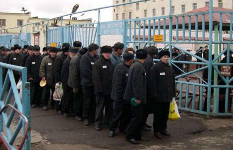 В тюрьмах Донбасса зеков привязывают к БТРам и разрывают по заказу их жертв