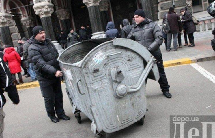 Недовольные заемщики привезли под НБУ мусорный бак для Гонтаревой