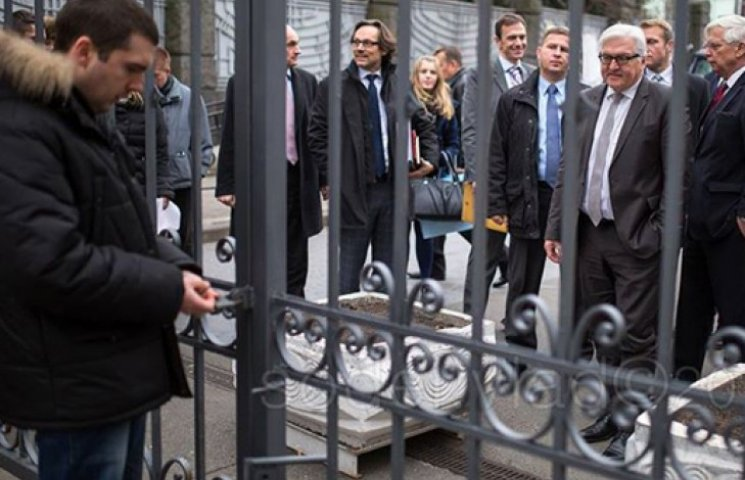 Замок на заборе Порошенко не открылся перед главой МИД Германии