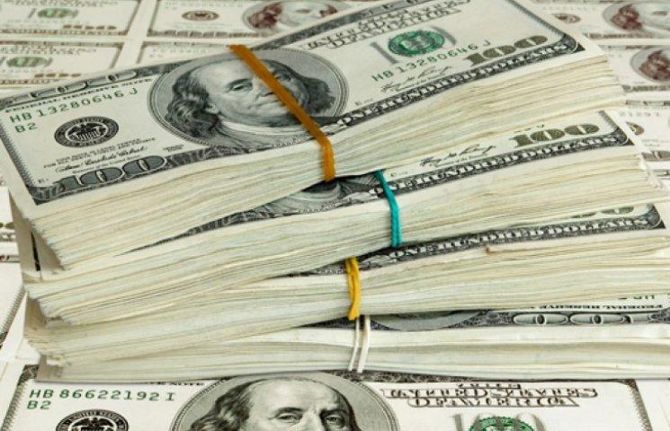 НБУ на валютному аукціоні продавав долари за курсом нижче 15 грн