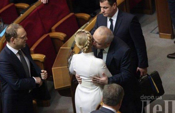 Как встретились нардепы: Тимошенко целовалась, а Ярош расхаживал в черном свитере