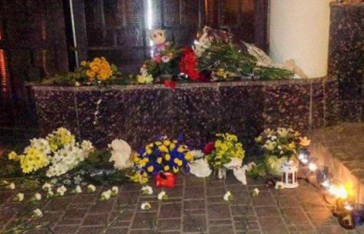 Одесити несуть квіти, свічки та іграшки до посольства Росії
