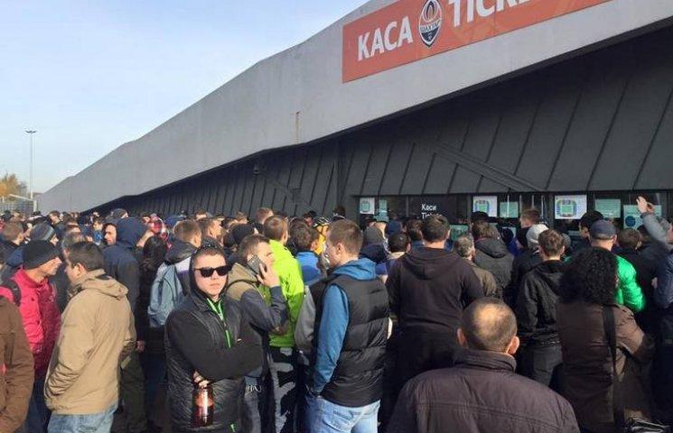 У Львові гігантські черги за квитками на матч Україна-Словенія. Прибула поліція