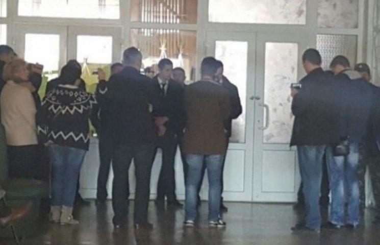 Міліція обшукує виборчу комісію в райцентрі на півночі Одеської області