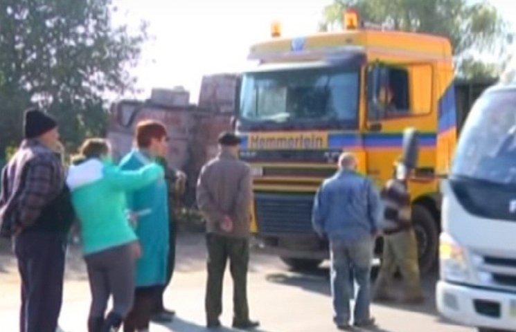 На Одещині в Біляївці жителі перекрили одну з основних доріг райцентру