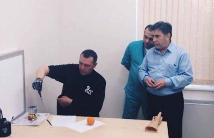 Бійцю 28-ї мехбригади подарували нову руку (ФОТО)