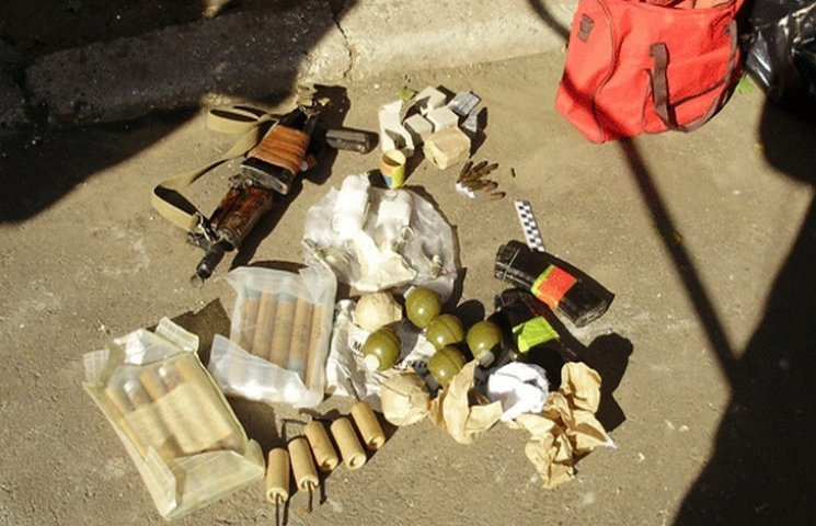 В Одесі в сміттєвому баку виявили арсенал зброї, достатній для невеличкого перевороту