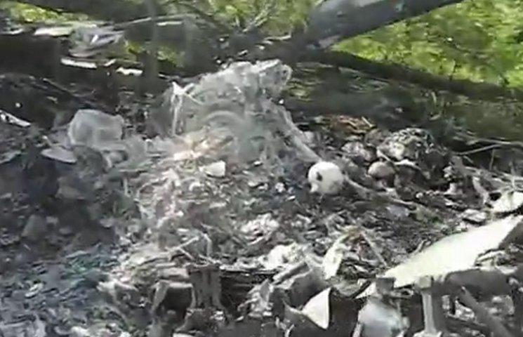На Донбасі мародери крадуть деталі збитої техніки, де знаходяться останки людей