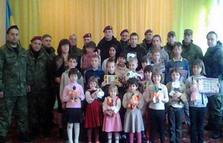 Одеські правоохоронці, які знаходяться в зоні АТО, допомогають сиротам