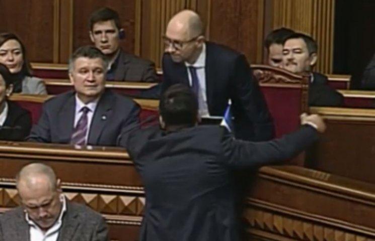 """Яценюк прибув у Раду подивитися на ухвалення """"безвізових"""" законів"""