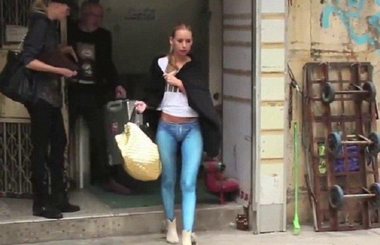 Блонда писает на публике гуляя по городу