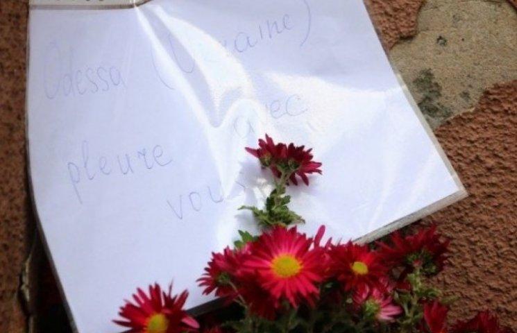 Одесити несуть квіти до французького культурного центру