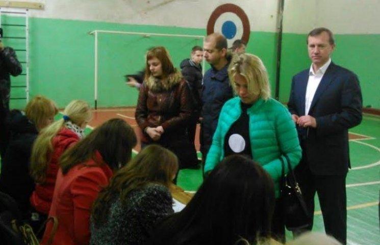 Ужгородський кандидат попозував перед камерами і пішов на концерт