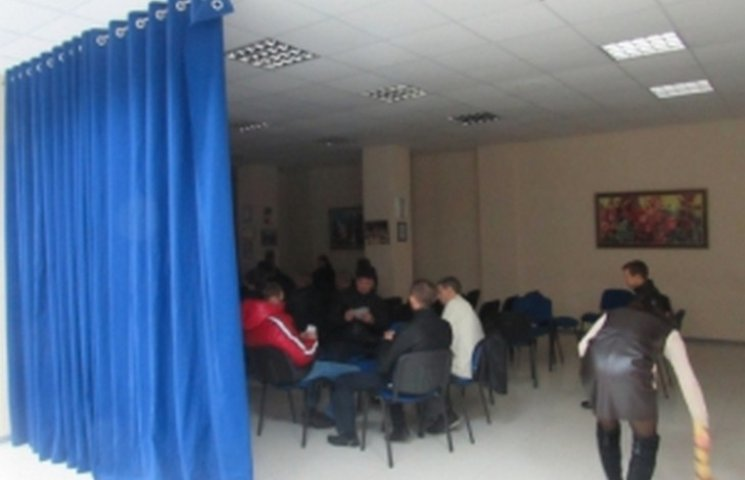 Спостерігачі партії полтавського мера в день виборів грають в карти