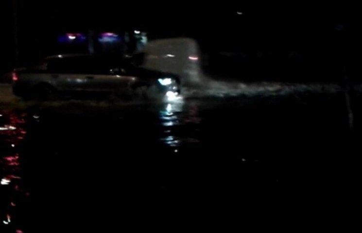 У Маріуполі через сильну зливу зупинено рух трамваїв та тролейбусів (ФОТО)