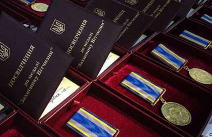 """Мукачівський боєць АТО отримав медаль """"Захисника Вітчизни"""""""
