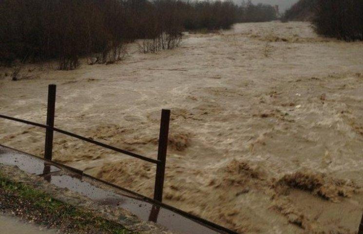Негода на Закарпатті: велика вода руйнує мости та елекромережі