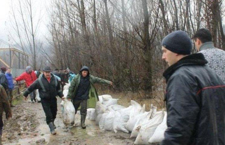 Закарпатці укріплюють береги Тересви - прорвало дамбу