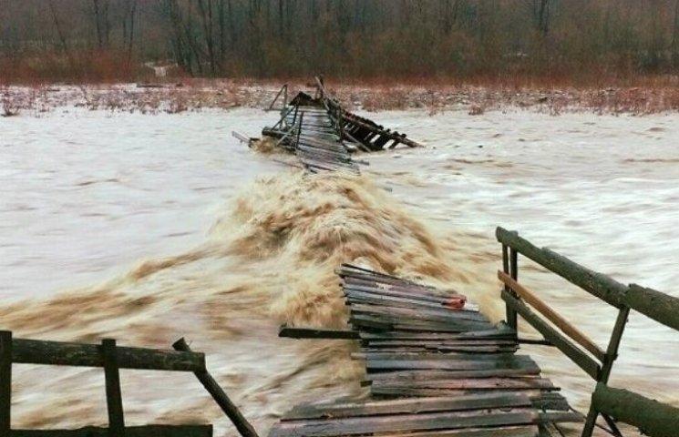 Негода на Закарпатті зруйнувала два мости