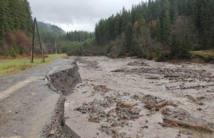 На Закарпатті селеві потоки зруйнували дорогу на Драгобрат