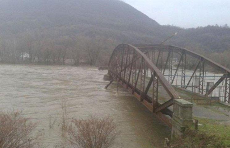 На Закарпатті повалені стихією дерева чіпляються за мости