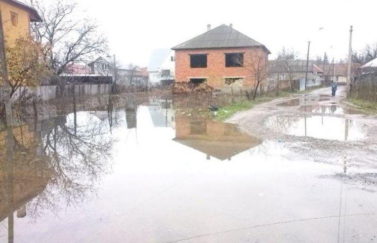 """В Іршаві паводок """"викинув"""" на поверхню каналізаційні стоки"""