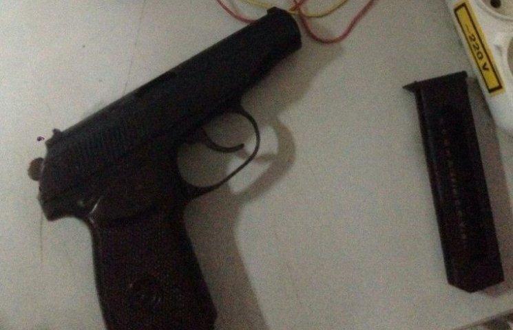 В Ужгороді СБУ затримала чоловіка, який отримав поштою бойовий пістолет