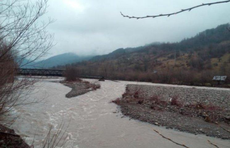 На Закарпатті через паводок пішохідний міст впав у воду