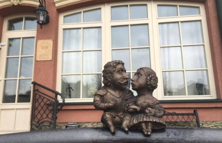 В Ужгороді встановили міні-пам'ятник відомому подружжю