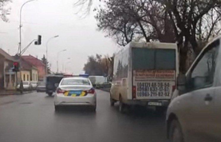 """В Ужгороді поліцейське авто стало хронічним """"оленем"""""""