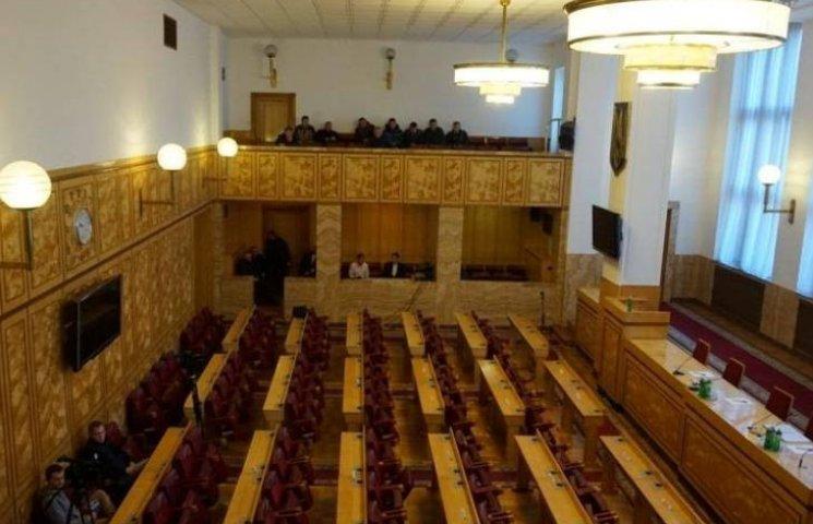 Сесійна зала Закарпатської облради порожня