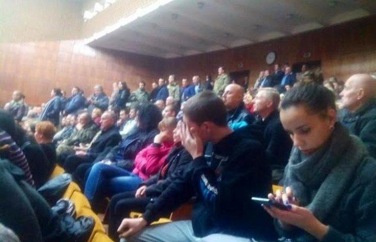 На сесію Полтавської облради завезли кілька сотень невідомих