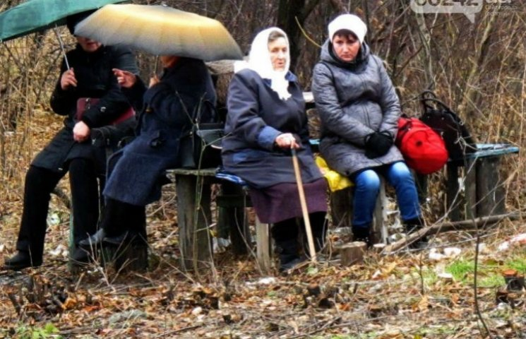 Під дощем і на холоді люди годинами чекають на автобус між блокпостами на Донеччині (ВІДЕО)