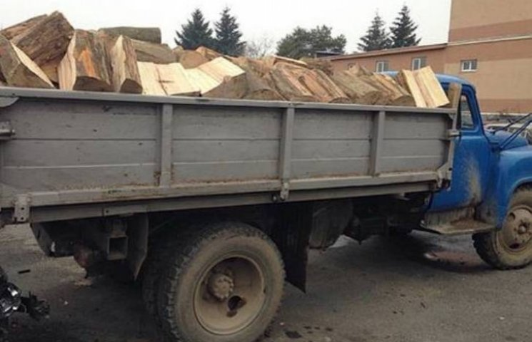 У Мукачеві затримали вантажівку з деревиною без документів