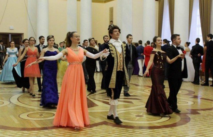 """Як """"аристократи"""" """"ЛНР"""" танцювали у перуках на балу (ФОТО)"""