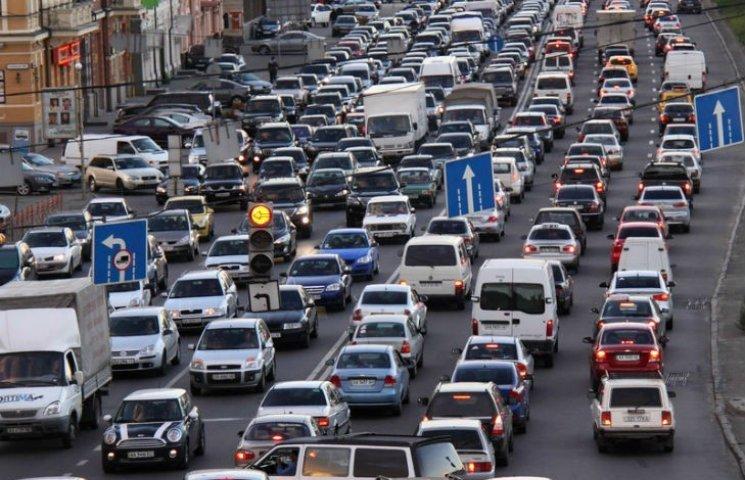 Столичні водії з самого ранку стоять у 18 величезних заторах