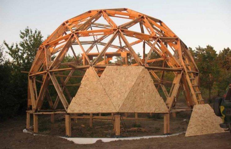 Переселенці з Горлівки будують унікальні купольні будинки на Сумщині (ФОТО)