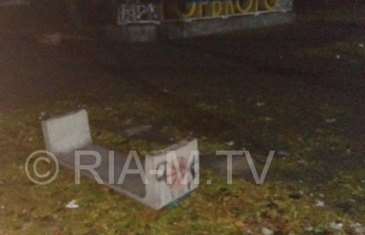Мелітопольські вандали знесли лавки біля парку