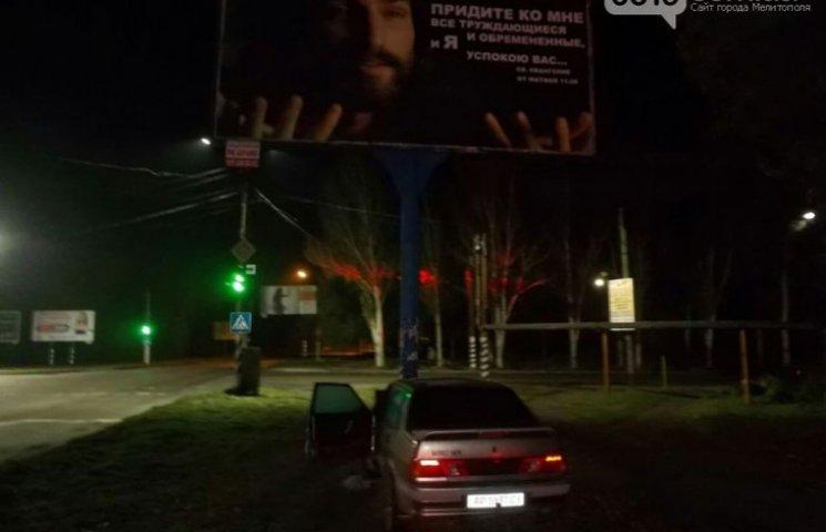 У Мелітополі водій розтрощив своє авто об рекламний борд