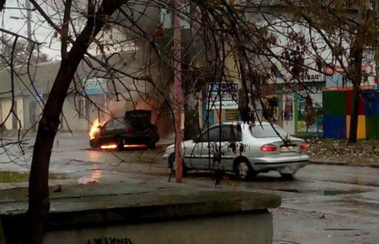 Машина спалахнула просто неба зранку