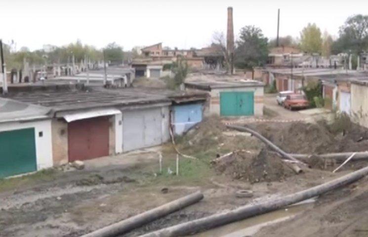 """""""Полтававодоканал"""" обвиняет владельцев гаражей в провале коллектора"""