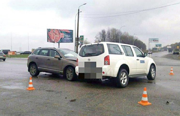 У Харкові легковик врізався в позашляховик ОБСЄ
