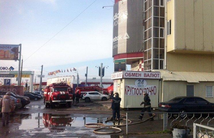 """У Харкові біля ринку """"Барабашово"""" горить торговельний центр"""