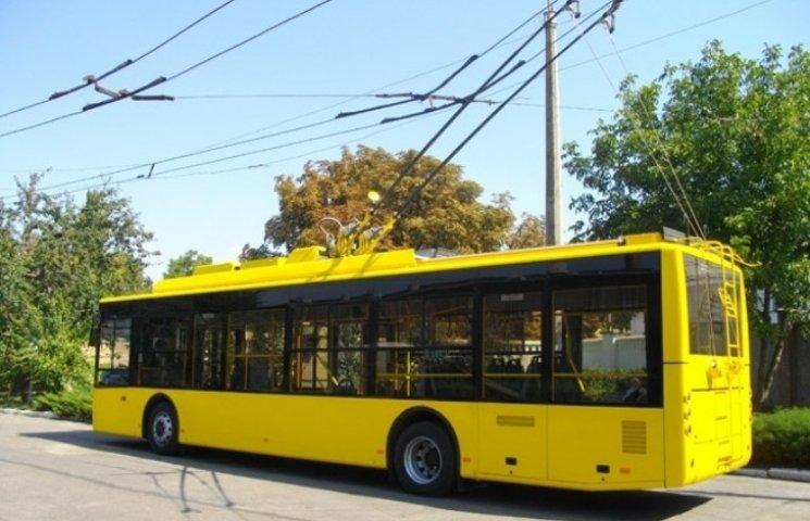 Стукати треба: Водій миколаївського тролейбуса відмовлявся відкритивати двері