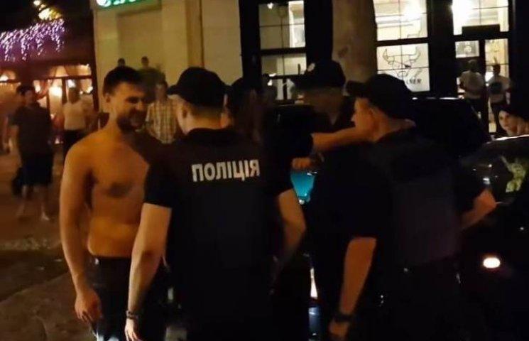 Нерви не витримали: Дебошир пояснив, чому кидався на патрульних в центрі Миколаєва (ФОТО, ВІДЕО)