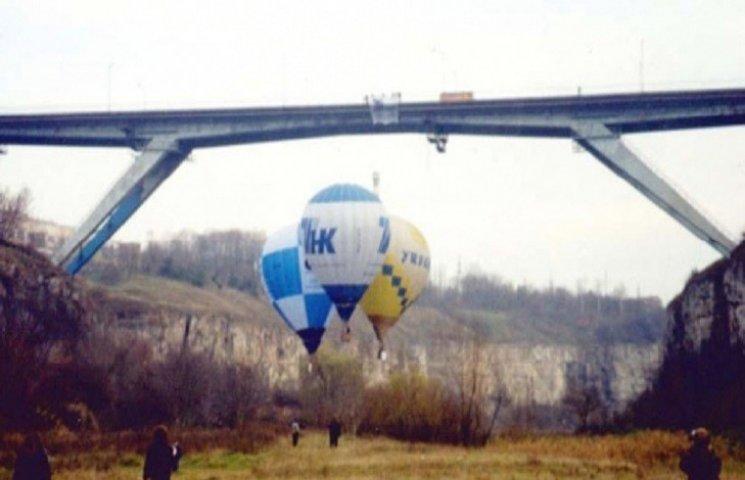В Каменце совершили первый полет на трех соединенных воздушных шарах под мостом