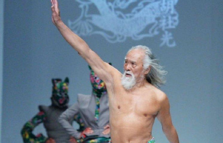 80-летний дедушка, который впервые вышел на подиум, совершил фурор на Неделе моды в Китае