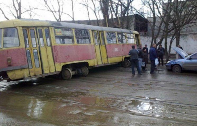 На Салтівці через ДТП заблокований рух трамваїв (ФОТО)