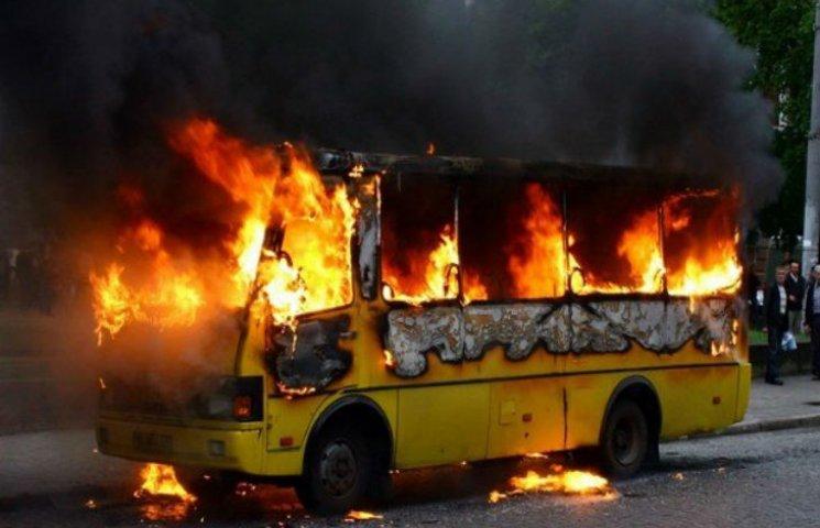 На Харківщині посеред траси спалахнув рейсовий автобус (ФОТО)