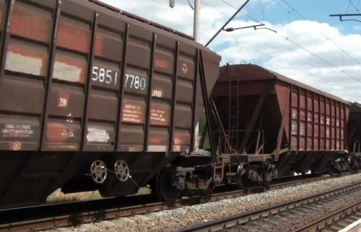 """На Вінниччині 20-річного хлопця """"затягнуло"""" під вантажний поїзд"""